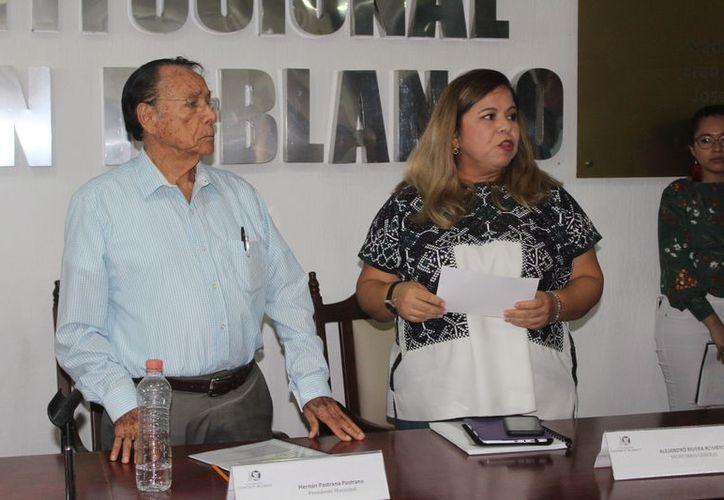 La regidora María Hadad  Castillo denunció públicamente actos de violencia política en su contra, ayer al término de la sesión de Cabildo de Othón P. Blanco. (Daniel Tejada/SIPSE)