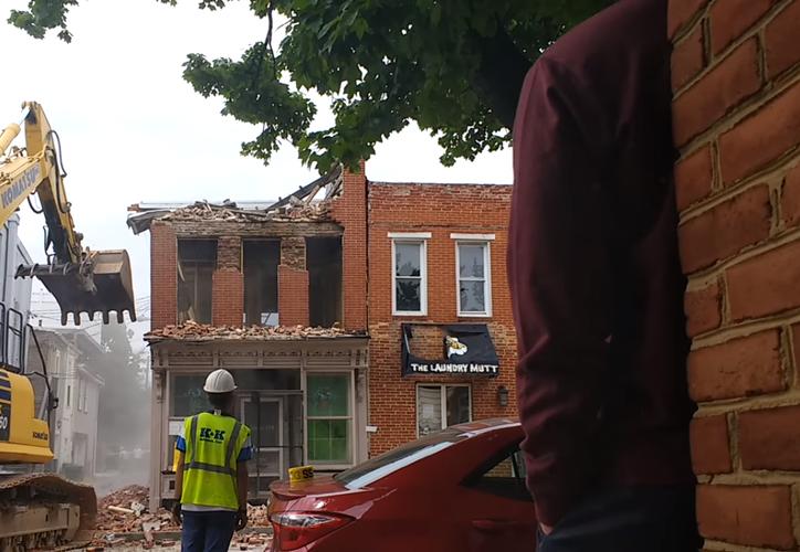 La mitad superior del edificio adyacente fue destruida. (Captura de pantalla/Youtube)