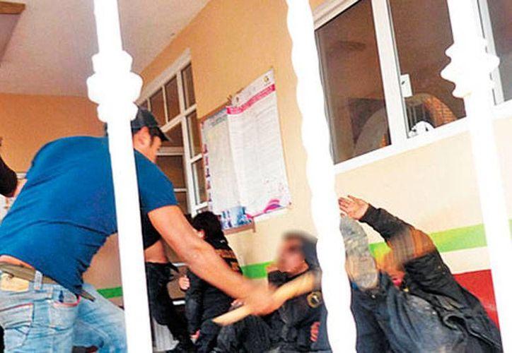 Los policías retenidos en la delegación fueron salvajemente golpeados hasta con tubos. Uno de ellos murió. (Milenio Digital)