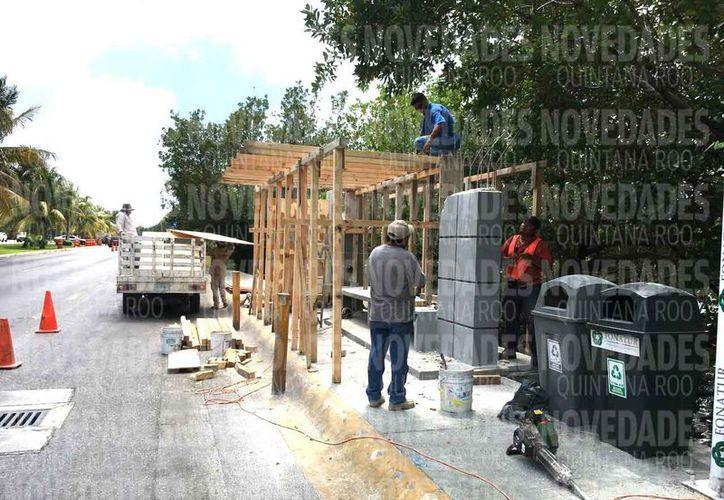 Realizan trabajos de rehabilitación de los paraderos en la zona turística. (Israel Leal/SIPSE)