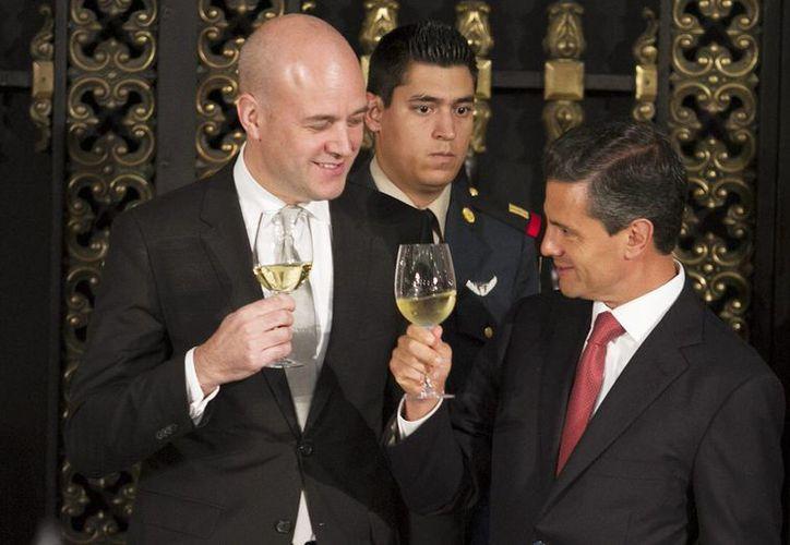 El presidente Enrique Peña Neto y el Primer Ministro de Suecia, Jörgen Persson, al término de la firma de acuerdo en materia de salud en Palacio Nacional. (Notimex)