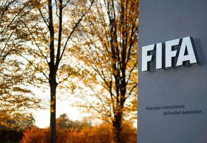 La FIFA 'avaló' la candidatura de 7 personas para la presidencia del organismo; sin embargó, 'se reservó' el derecho de participación del expresidente de UEFA, Michel Platini, quien está suspendido por decisión del comité de ética. (Captura de pantalla sitio web oficial).