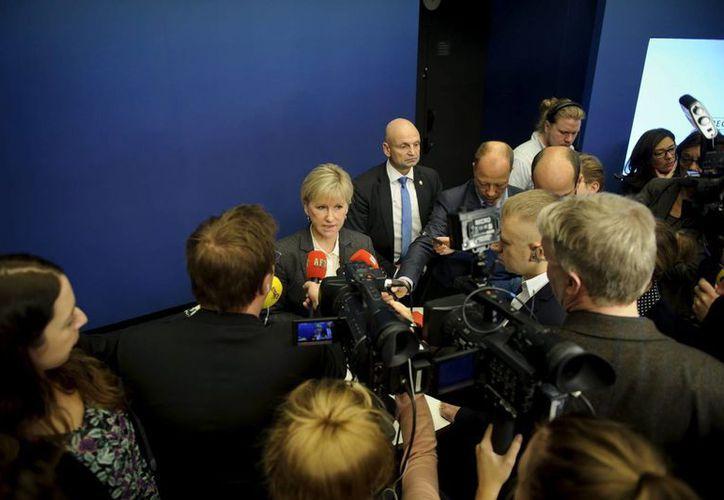 La ministra sueca de Exteriores, Margot Wallström (centro), ofrece una rueda de prensa en la sede del gobierno en Estocolmo, Suecia, sobre el reconocimiento de Palestina. (EFE)