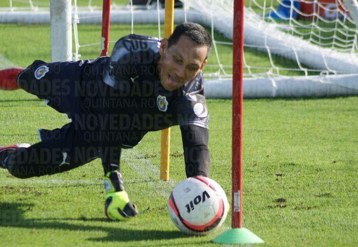Sandoval se siente emocionado de vertir con orgullo la camiseta de las Chivas. (Foto: Ángel Villegas)