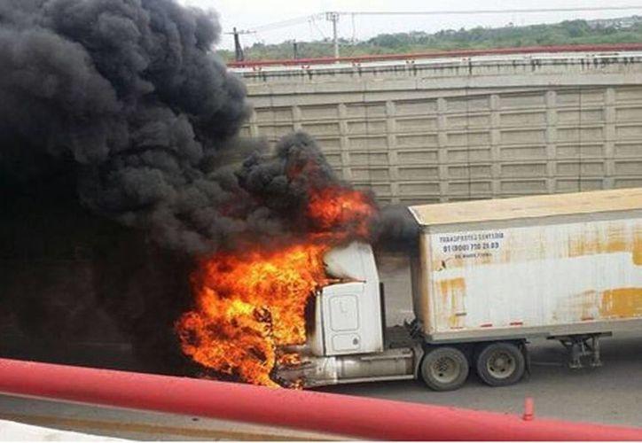 Versiones que circulan por las redes sociales informan de muertos durante una balacera en Altamirano. Imagen de uno de los vehículos que se incendiaron esta mañana. (@ApoyoVial)