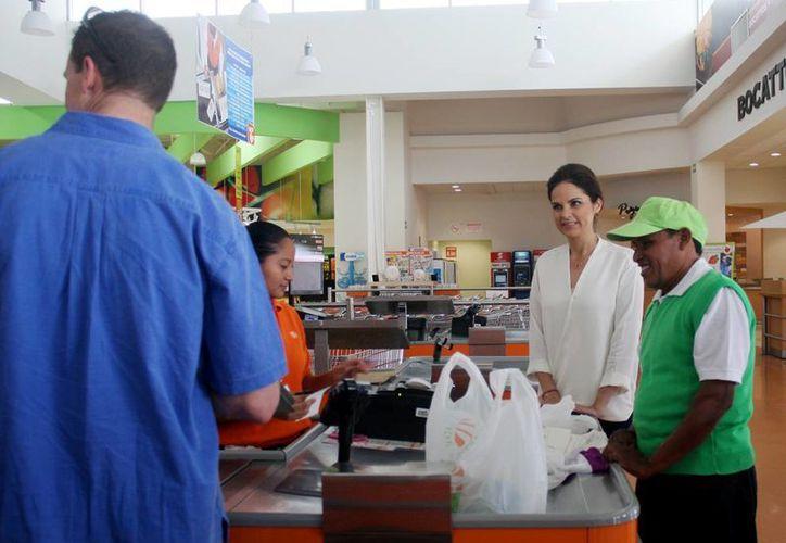 Oswaldo Canul Correa en su primer día de trabajo como empacador voluntario en un supermercado. (Cortesía/SIPSE)