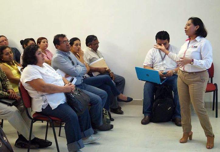 Imagen del personal del INE mientras imparte la capacitación a los supervisores. (Milenio Novedades)