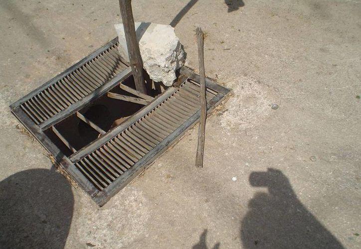 En algunos puntos de la ciudad la situación de los pozos de absorción y coladeras es deplorable. (Carlos Yabur/SIPSE)