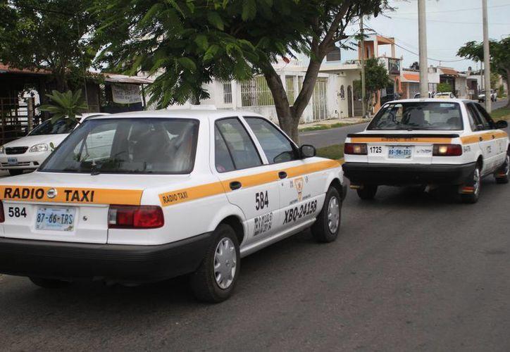 A los taxistas de la Cooperativa Glifo Maya, se les ha negado la renovación de su licencia desde hace más de dos meses. (Harold Alcocer/SIPSE)