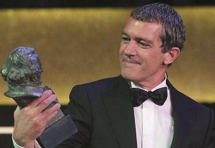 El actor Antonio Banderas al recibir el Goya de Honor durante la gala de la entrega de los pasados premios. En esta ocasión se reconocerá la labor del director y guionista Mariano Ozores. (Archivo EFE)