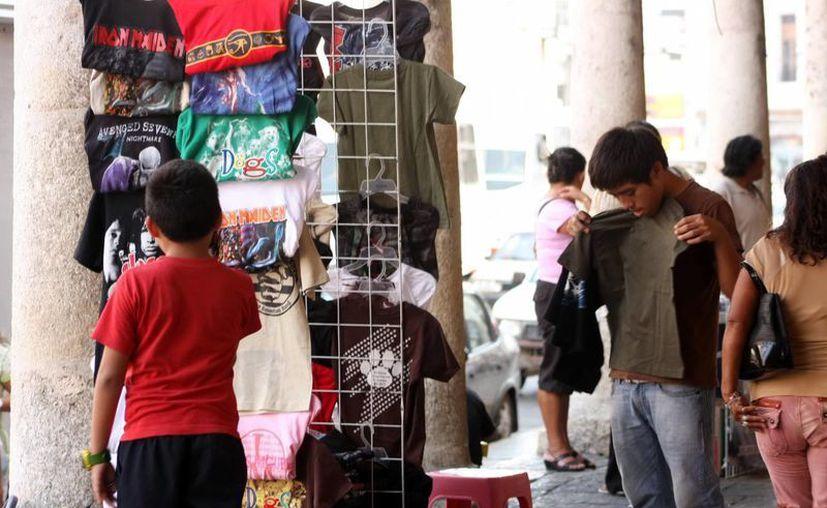 La Canainves asegura que el contrabando, piratería y venta de ropa usada les afecta en serio. (SIPSE)