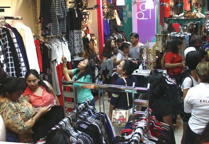 Familias completas llegan a las tiendas de los centros comerciales. (Jesús Tijerina/SIPSE)