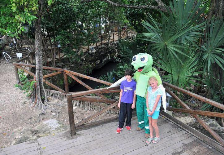 """Visitantes y la mascota """"Tuga"""" durante un recorrido en el parque. (Cortesía/SIPSE)"""