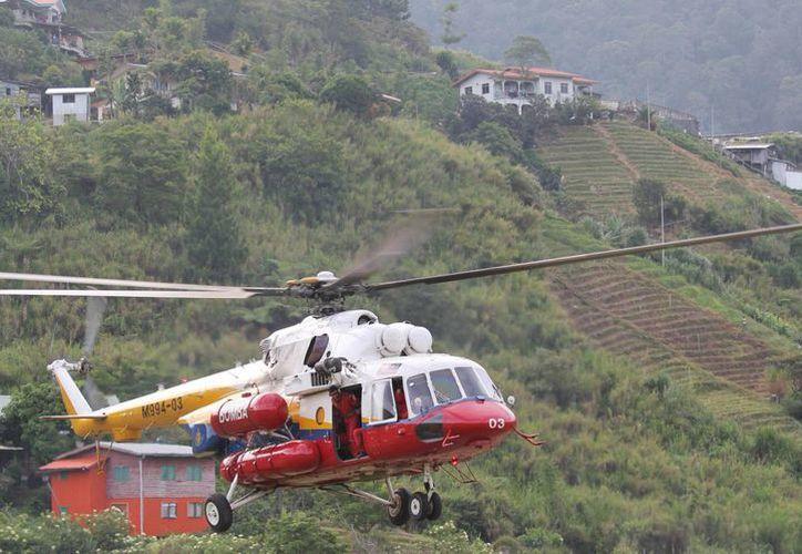 Un helicóptero despega este 6 de junio de 2015 de Kundasang, Malasia, con destino al monte Kinabalu para recuperar los cuerpos de excursionistas atrapados tras deslizamientos de tierra provocados por un sismo en Kuala Lumpur. (Foto: Munehiro Yamaoka/Kyodo Noticias vía AP)