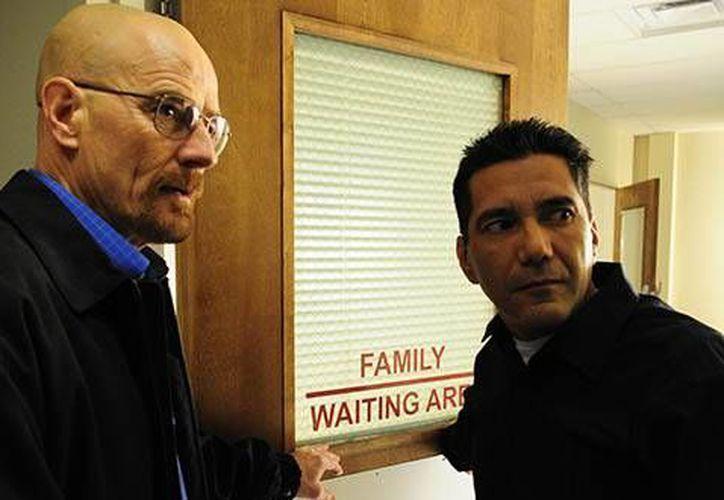 Michael Quezada (d), quien en esta foto aparece con Bryan Cranston en una escena de la serie Breaking Bad, dice que se lanzará como candidato político en Albuquerque, Nuevo México. (amc.com)