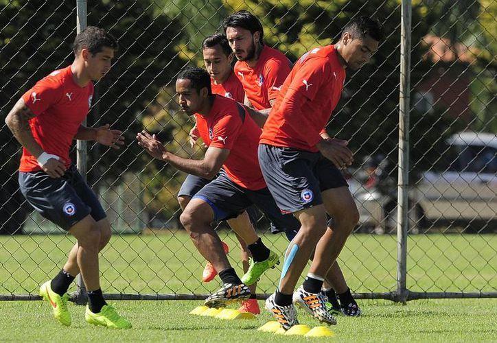 La Selección Chilena entrena de cara al partido de este sábado frente al pentacampeón del mundo, Brasil, contra el que siempre han perdido en Mundiales. (Foto: AP)