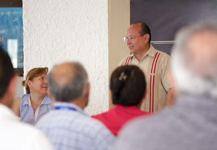 Durante el encuentro con ex egresados del IPN en Cancún. (Foto: SIPSE)