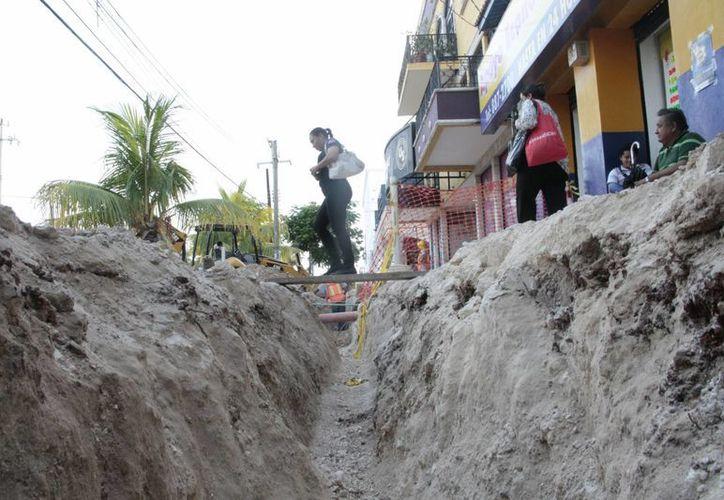 Algunos obreros dijeron que sería muy difícil que los trabajos concluyan este mes. (Israel Leal/SIPSE)