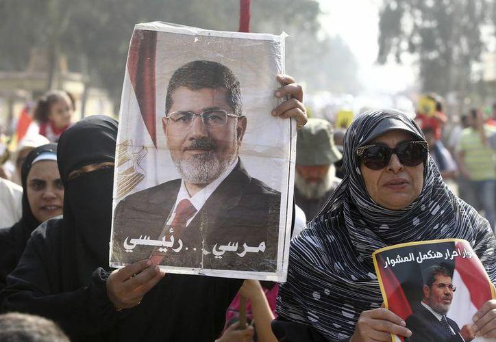Simpatizantes del depuesto presidente egipcio Mohamed Mursi muestran pancartas con su retrato, durante unas protestas en El Cairo. (Archivo/EFE)