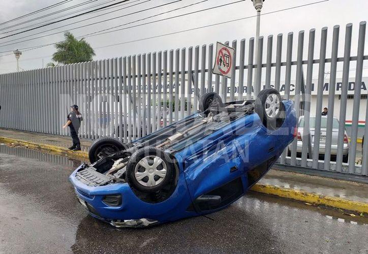 Por la velocidad y el piso mojado, aunado al impacto, el Beat acabó volcado. (Novedades Yucatán)