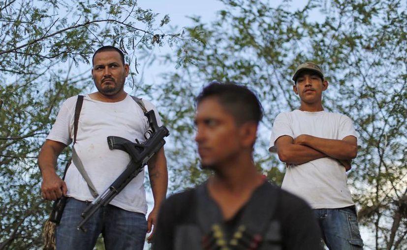 En las afueras de Apatzingán hay decenas de civiles armados. (Agencias)