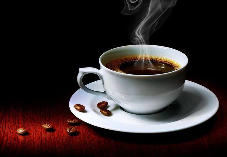 El alto consumo de alcohol y tomar té muy caliente, eleva el riesgo de padecer cáncer de esófago. (Foto: Contexto)