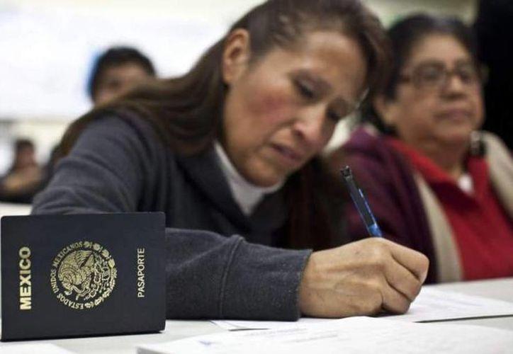 Se registró un ligero incremento en la expedición de pasaportes en el primer trimestre del 2015. Imagen de unas mujeres que tramitan el documento. (Archivo/Notimex)