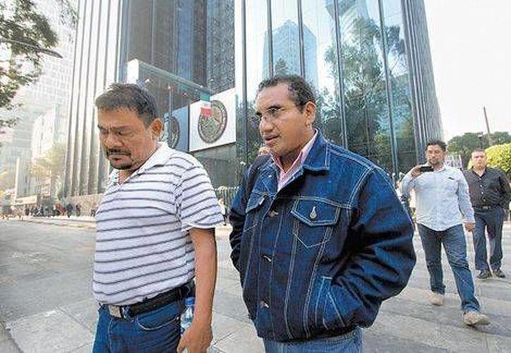 Felipe de la Cruz, padre de uno de los normalistas desaparecidos, y el abogado Vidulfo Rosales. (Milenio)