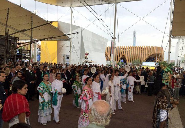 El traje regional engalanó las instalaciones de la Expo Mundial de Milán. Imagen de la presentación de una jarana yucateca en las instalaciones del evento. (Milenio Novedades)