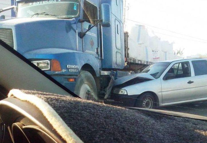 El accidente entre un Pointer y un camión de materiales sucedió enfrente de Air Temp. (Imagen tomada del Twitter de @MariOedO09)