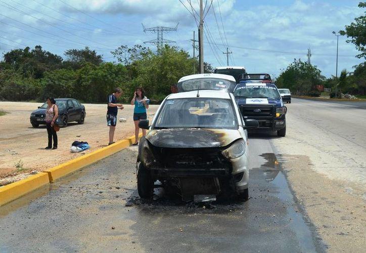 El auto quedó con todo el frente quemado, la familia resultó ilesa.  (Redacción/SIPSE)