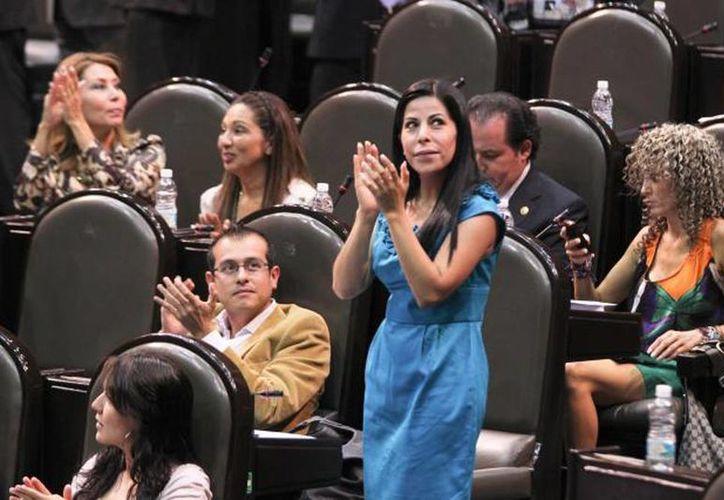 La legislación, en su artículo 17, manda acciones para lograr la equidad sustantiva en los ámbitos económico, político, social y cultural. Imagen de una diputada en la Cámara. (Foto de contexto. Archivo/SIPSE)