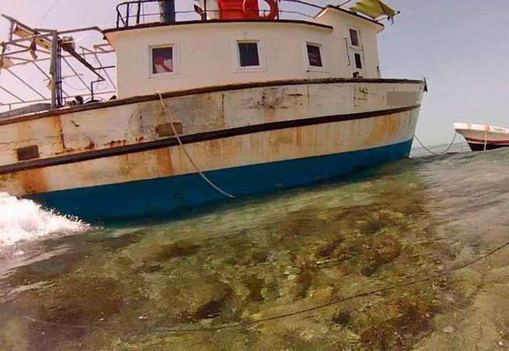 Una embaración pesquera de Progreso, Yucatán, encalló en el arrecife Alacranes, a causa de una falla que lo dejó sin mando y fuera de control, según el testimonio de los tripulantes. (Cortesía Profepa)