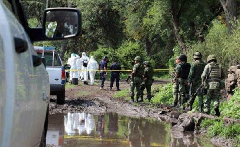 Militares inspeccionan la zona donde fueron hallados siete cuerpos calcinados, en Michoacán. (Foto especial de proceso.com.mx)