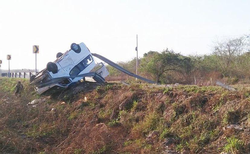 El conductor habría dormitado al tomar la curva, lo que provocó que se estrellara contra el muro de contención. (Facebook)