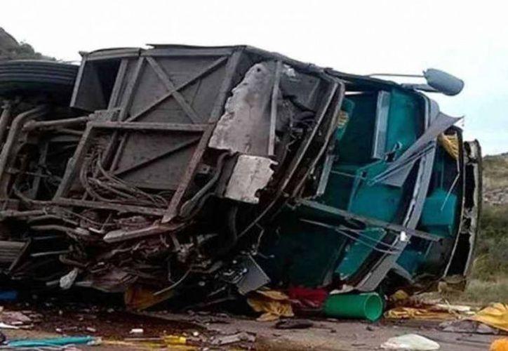 El autobús en el que se trasladaban niños de un club de danza de Buenos Aires, volcó ayer en Mendoza. (Excélsior)