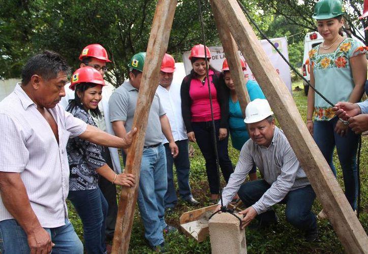 El alcalde en la puesta de la primera piedra de los proyectos. (Raúl Balam/SIPSE)