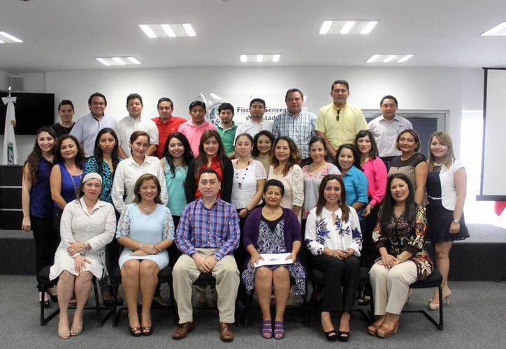 El seminario de profesionalización en Justicia Alternativa tuvo lugar en la sala de juicios orales de la FGE. Imagen del grupo de participantes. (Milenio Novedades)