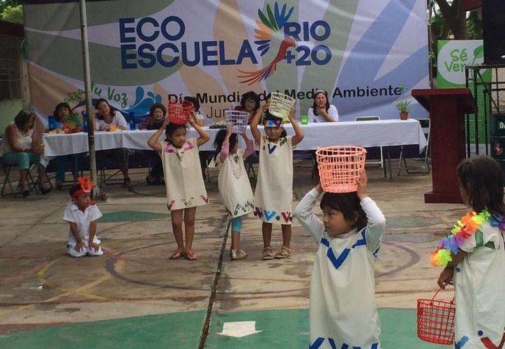 Alumnos del jardín de niños 'Nuevo Amanecer' presentan un bailable en el marco de la certificación de escuela sustentable Río +20 que recibió el plantel. (SIPSE)
