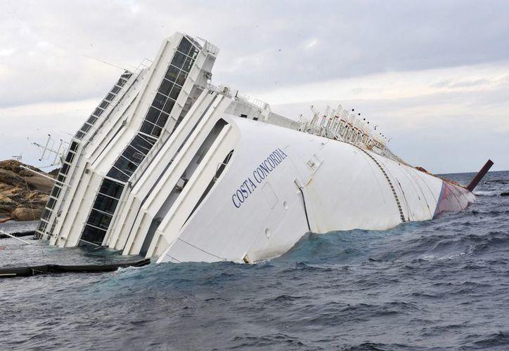 El crucero 'Costa Concordia', semihundido en aguas del mar Tirreno frente a la isla de Giglio, Italia. (EFE/Archivo)