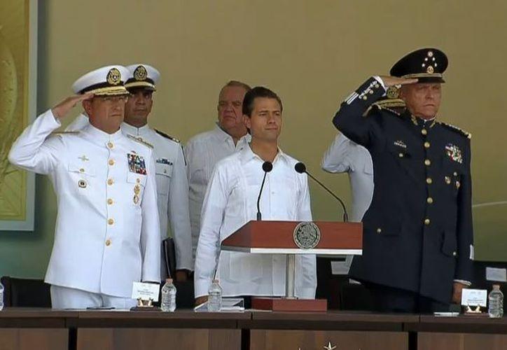 A esta gira por Veracruz asisten los secretarios de Marina, Vidal Francisco Soberón Sanz, y de la Defensa Nacional, Salvador Cienfuegos Zepeda. (Twitter/@ESanchezHdz)