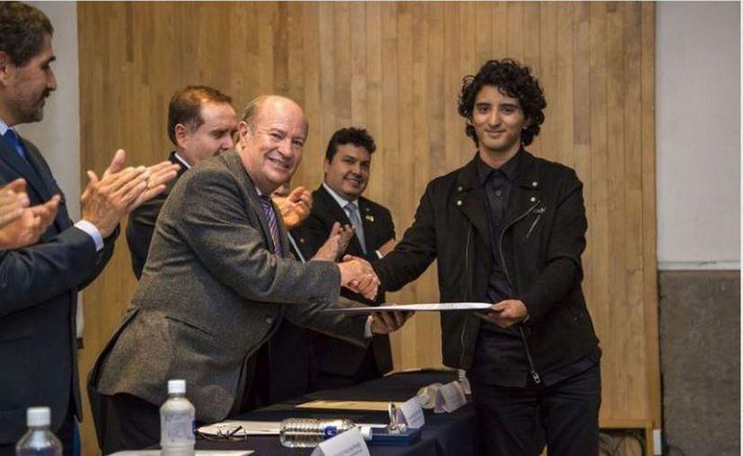 El yucateco Diego Lizama obtuvo el Premio Alberto J. Pani 2017. (Notimex)