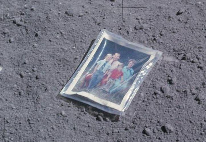La fotografía familiar que el astronauta Charles Duke depositó en la superficie lunar el 20 de abril de 1972. (Imágenes de la NASA)
