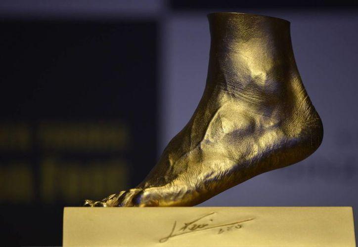 Detalle de la réplica en oro del pie del jugador argentino del FC Barcelona Lionel Messi en una famosa joyería de Tokio, Japón. (EFE)