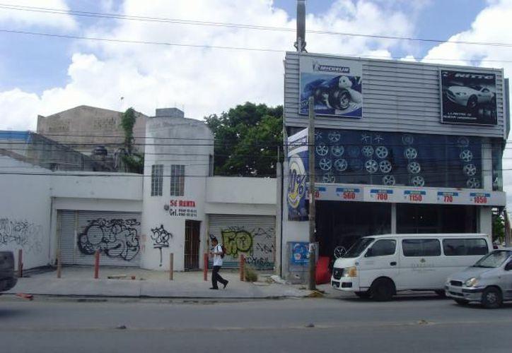 Debido al deterioro que presenta el centro de Cancún, muchos locales han cerrado sus puertas. (Redacción/SIPSE)