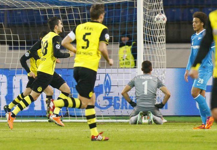 Jugadores del Borussia Dortmund celebran el segundo gol a su favor, cuando se jugaba apenas el minuto cinco en casa del Zenit. (Agencias)