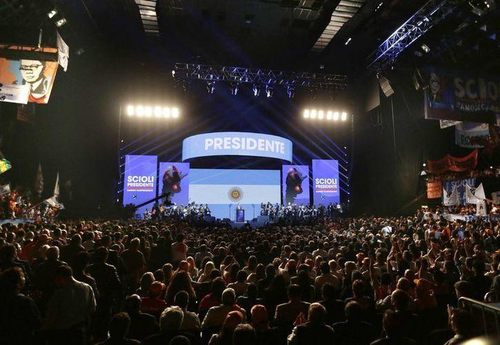 Imagen del cierre de campaña del candidato oficialista a la presidencia de Argentina, Daniel Scioli, en Buenos Aires. (Agencias)