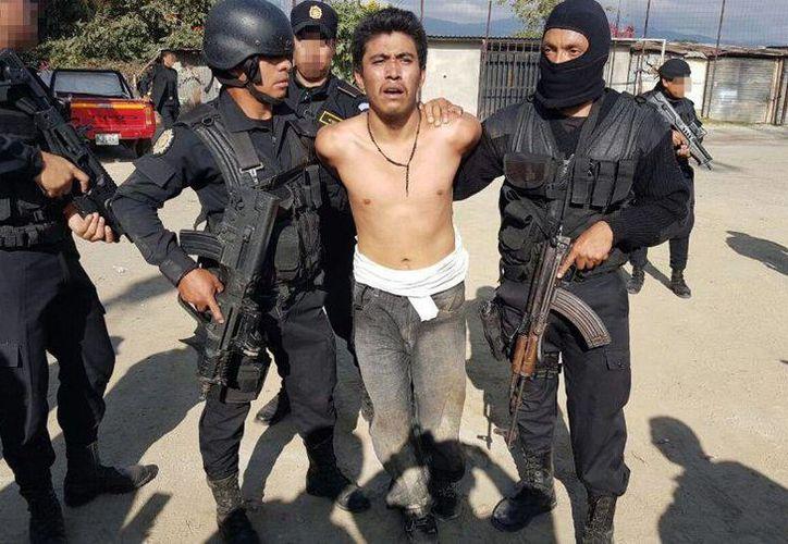 La Policía Nacional Civil presentó imágenes de la detención de Carlos Alfonso Gaitán de la Cruz, de 22 años, alias 'El Dark'. (Foto: Policía Nacional Civil vía www.publinews.gt)