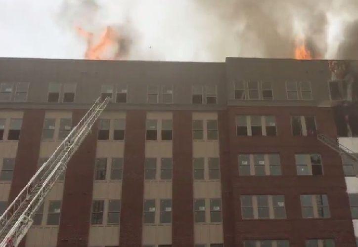 Según autoridades del lugar, el incidente comenzó en el quinto piso.  (Mark Brady, PGFD).