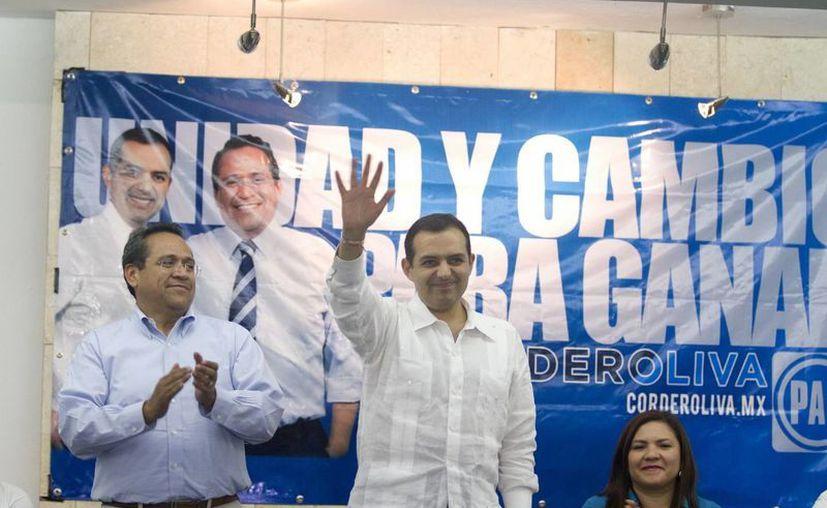 Ernesto Cordero Arroyo (c) con su compañero de fórmula, Juan Manuel Olivo, y la senadora yucateca Rosa Adriana Díaz Lizama, en conferencia de presa este jueves. (Notimex)